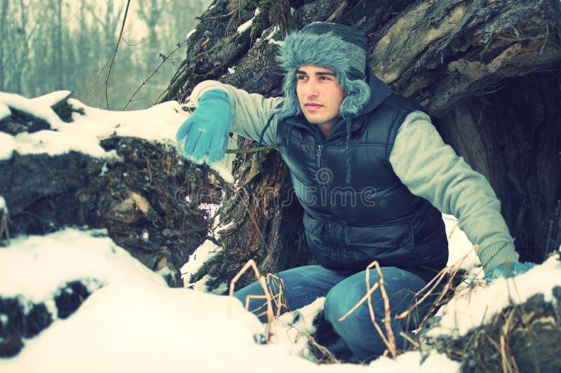 заискивая красивые детеныши зимы человека стоковая фотография