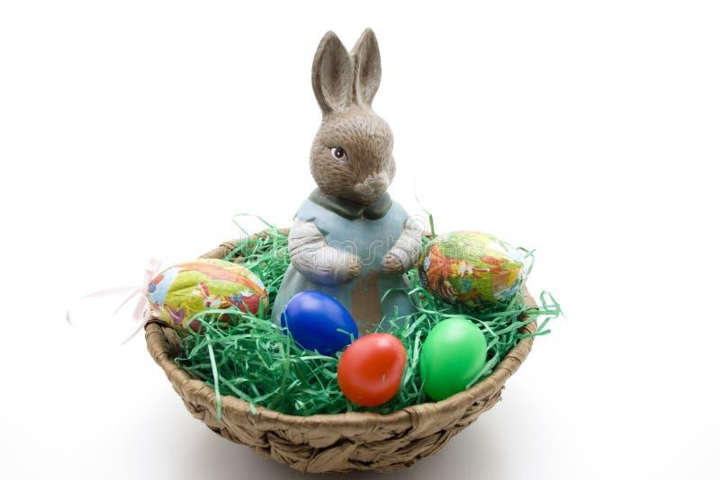 Зайчик пасхи с пасхальными яйцами стоковое изображение