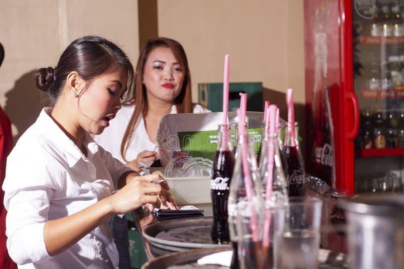 Заказы еды сервировки официантки в ресторане стоковое фото