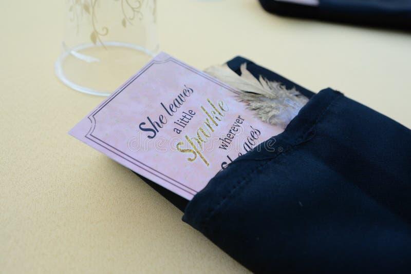 Заказ внутренн-бумаги ресторана в черной салфетке ткани стоковое изображение rf