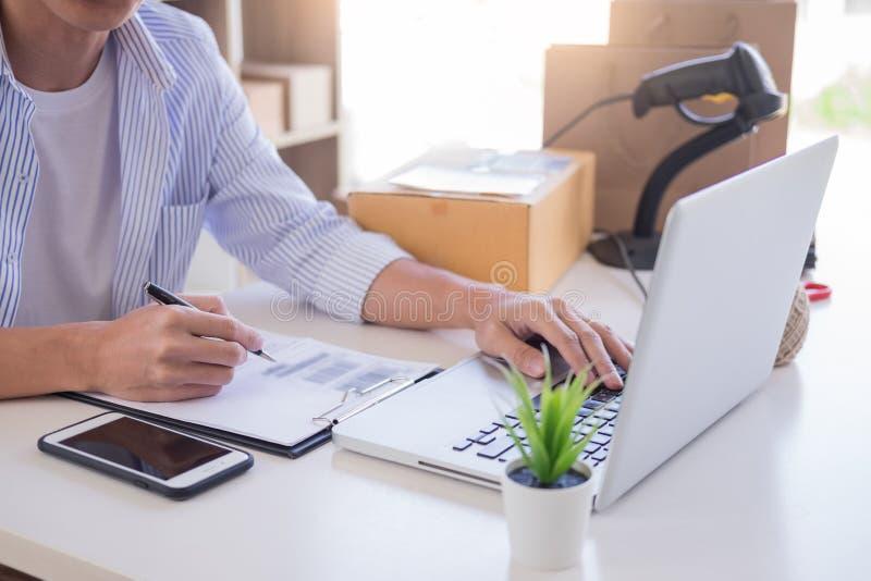 Заказ проверки владельца магазина бизнесмена или наличный запас списка который идет быть родильной палатой дело онлайн, электронн стоковые фото