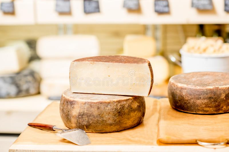 Закалённый сыр с slicer на таблице стоковое фото