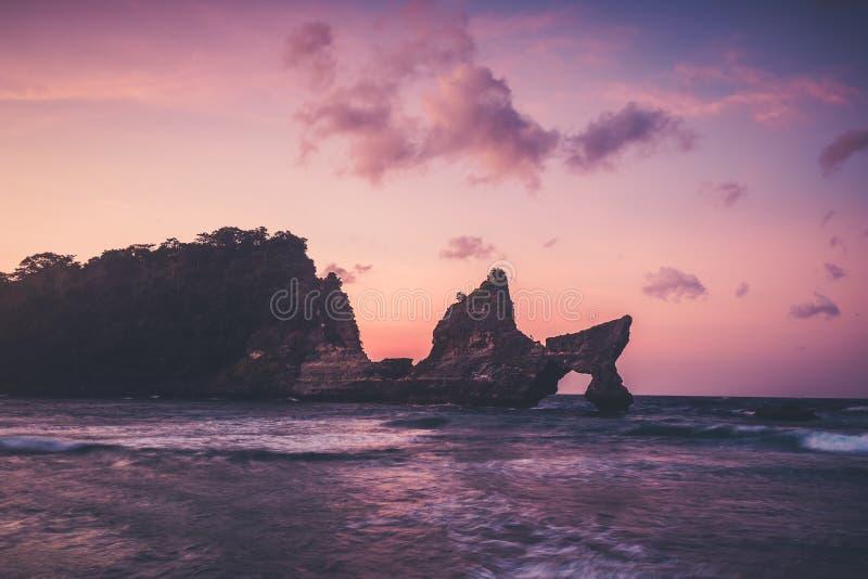 закат береговой линии острова пуштунский пляж nusa penida стоковые фото