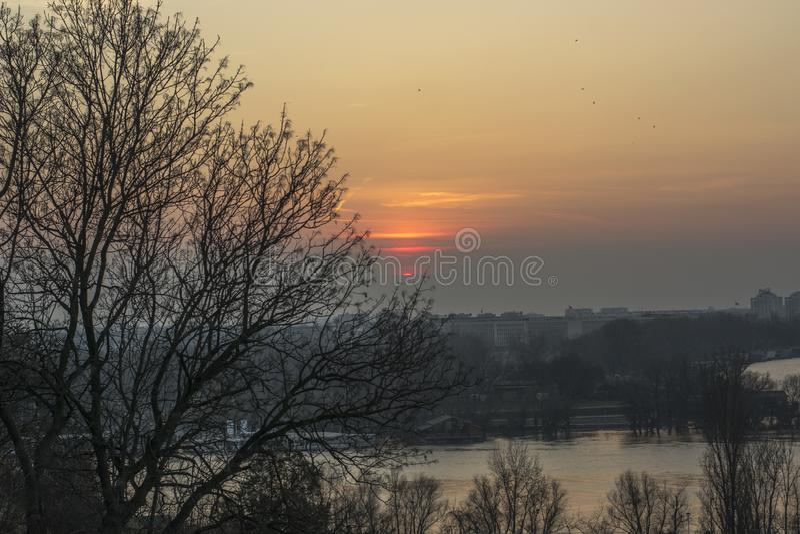 Закат в Белграде на реке стоковые фото