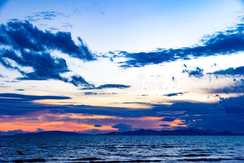 Закат в Фолоники в конце зимы с облачной скалиной и оттенками красного стоковые фотографии rf