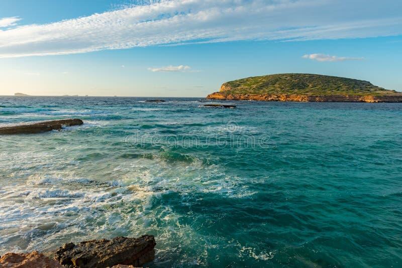 Закат Ибицы с Cala Conta Comte в Сан-Хосе на Балеарских островах, Испания стоковые изображения rf