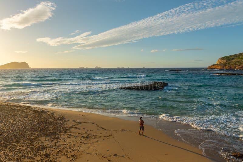 Закат Ибицы с Cala Conta Comte в Сан-Хосе на Балеарских островах, Испания стоковые фото