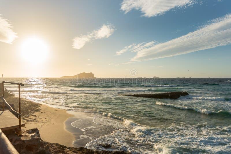Закат Ибицы с Cala Conta Comte в Сан-Хосе на Балеарских островах, Испания стоковые изображения