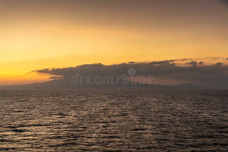 Закат над горой Маривелес, Батан, Филиппины стоковая фотография