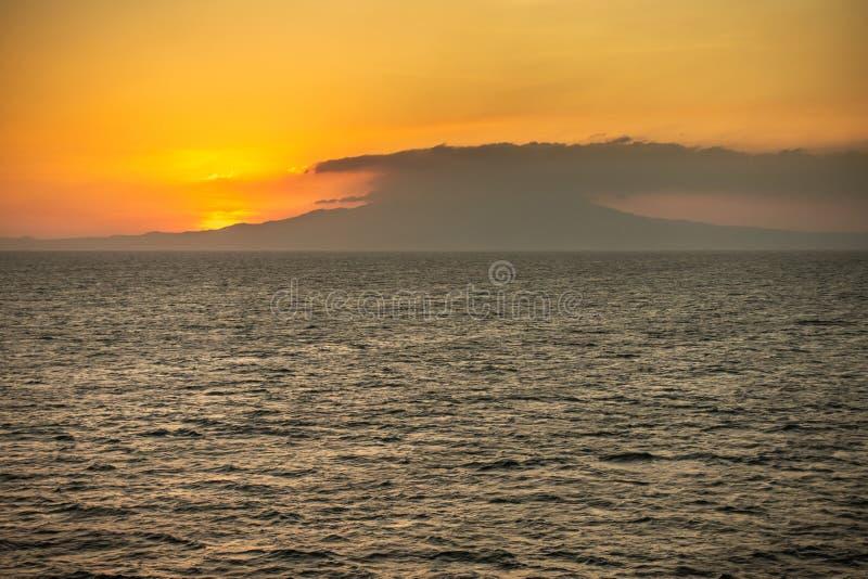 Закат над горой Маривелес, Батан, Филиппины стоковое фото