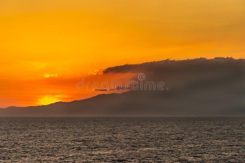 Закат над горой Маривелес, Батан, Филиппины стоковое изображение