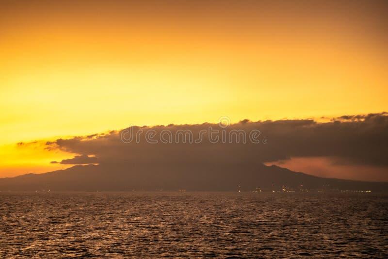 Закат над горой Маривелес, Батан, Филиппины стоковые изображения