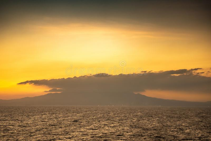 Закат над горой Маривелес, Батан, Филиппины стоковое фото rf