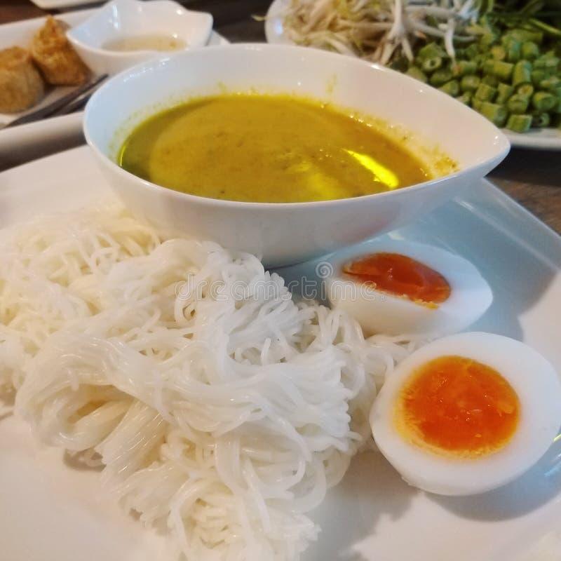 Заквашенные лапши муки риса в белом kanoom плиты jeen или laksa стоковые фото