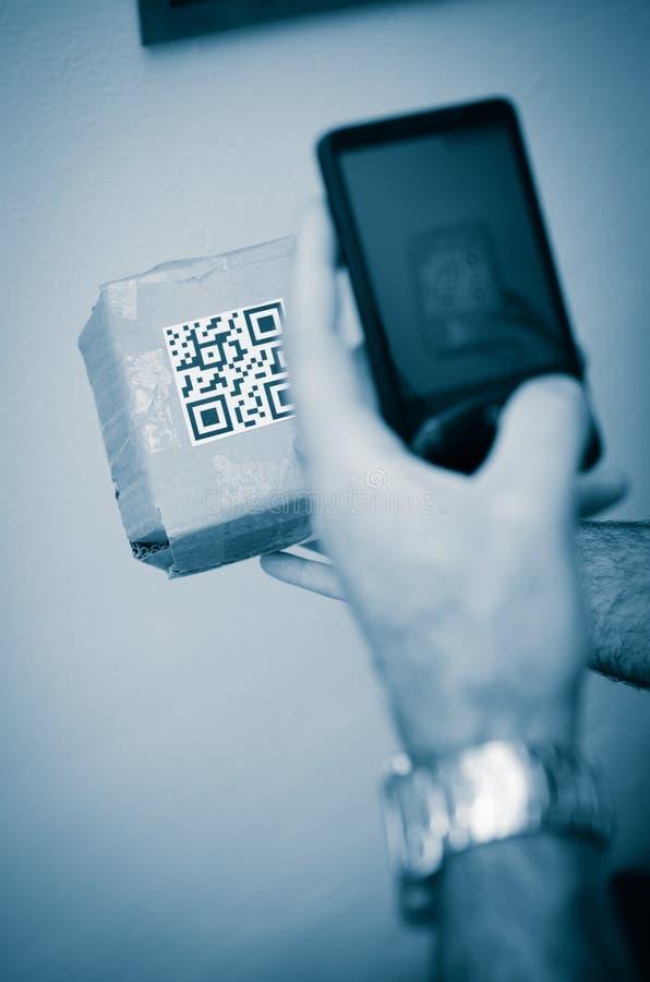 закодируйте smartphone развертки qr стоковое фото rf