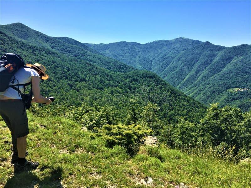 Заколдованные место, исследователь, горы и лес стоковая фотография