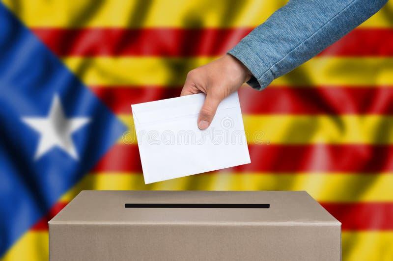 Законоположение автономии Каталонии - голосующ на урне для избирательных бюллетеней стоковая фотография rf