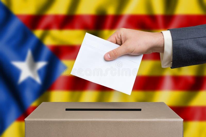 Законоположение автономии Каталонии - голосующ на урне для избирательных бюллетеней стоковые изображения