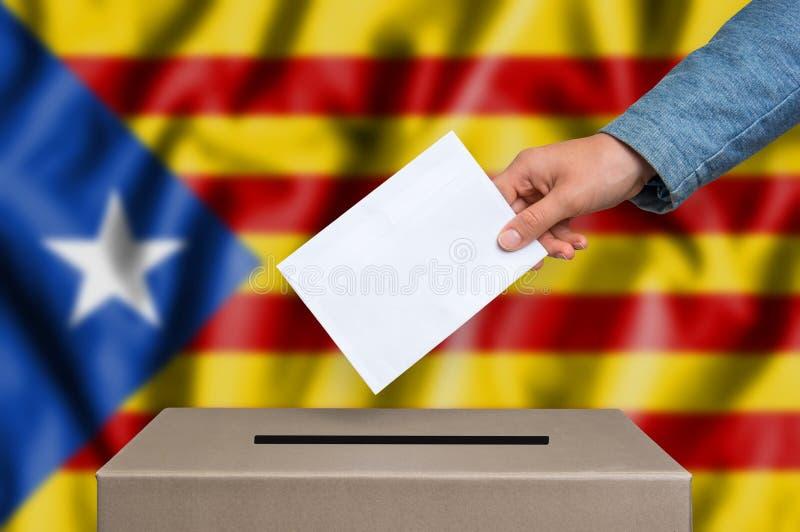 Законоположение автономии Каталонии - голосующ на урне для избирательных бюллетеней стоковое изображение rf