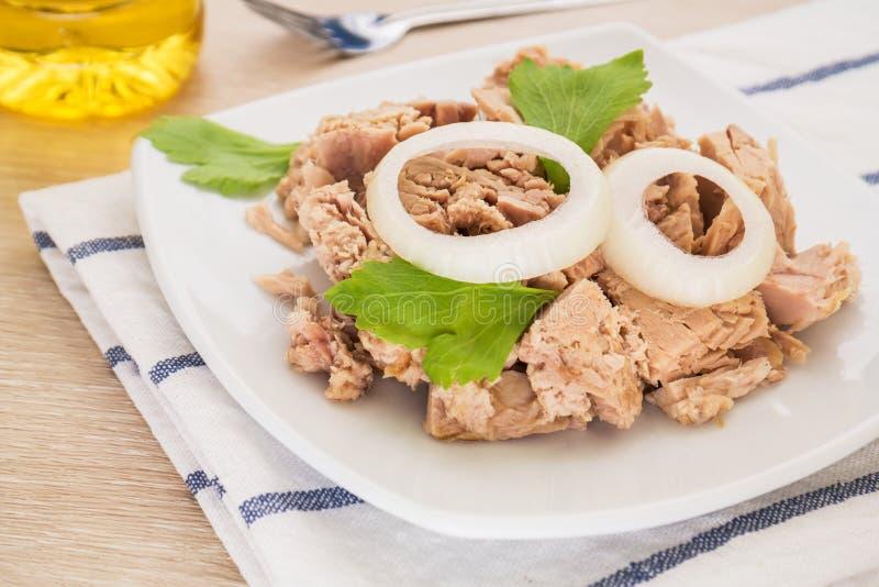 Законсервированное мясо тунца на белом блюде стоковые изображения