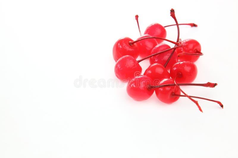 Законсервированные вишни в белой предпосылке стоковое изображение