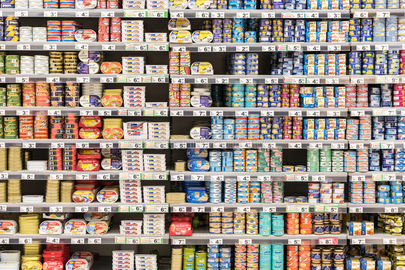 Законсервированные рыбы и мясо на полках супермаркета стоковое изображение rf