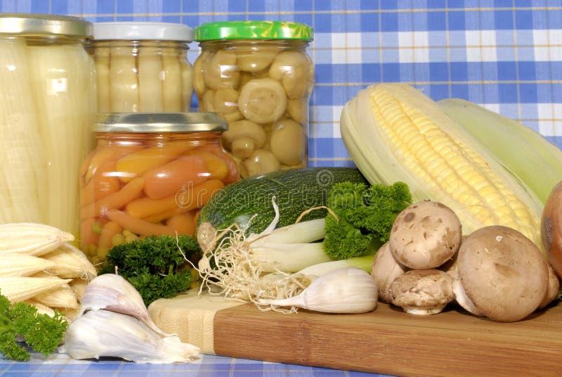 законсервированные свежие овощи против стоковые фото