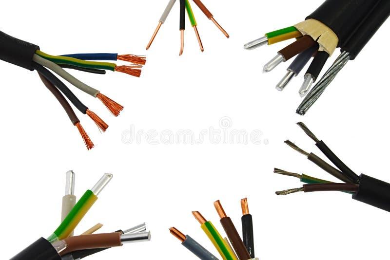 Законцовки сборок кабеля медной и алюминиевой силы электрические собрали в круге, белой предпосылке стоковые изображения rf