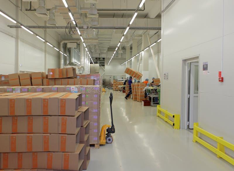 Законченный склад продукции на заводе Solopharm стоковая фотография rf