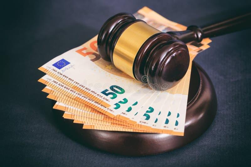 Закон или молоток и евро аукциона банкноты на черной предпосылке стоковая фотография rf