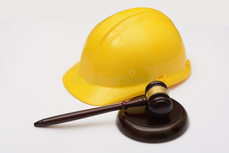 Закон о труде с шлемом и молотком безопасности стоковые изображения rf