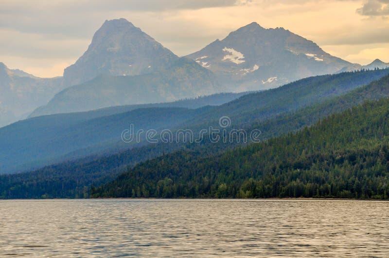 Закоптелый помох над горами национального парка ледника стоковые изображения