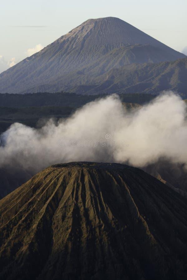 Закоптелый, vulcanic ландшафт на утреннем времени об известном индонезийском вулкане, Bromo стоковая фотография rf
