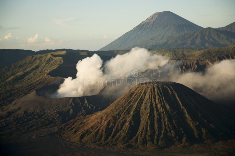 Закоптелый, vulcanic ландшафт на утреннем времени об известном индонезийском вулкане, Bromo стоковая фотография