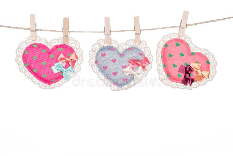 Закрепите на шпагате, вися день валентинки сердца стоковая фотография rf