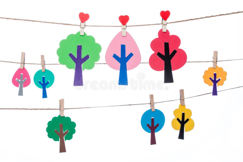 Закрепите на шпагате, вися красочное handmade дерево стоковая фотография
