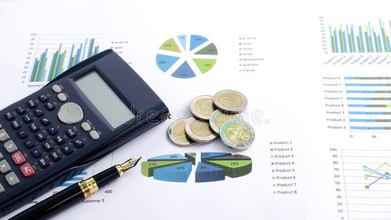 Закройте вверх авторучки с монетками калькулятора и денег на диаграмме документа стоковая фотография rf