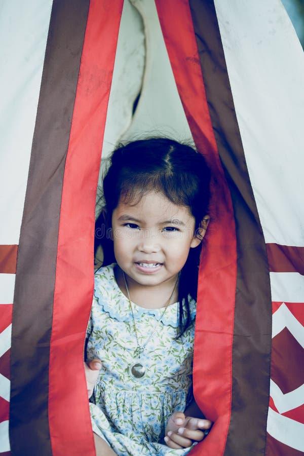 Закройте вверх азиатской маленькой девочки с индейцами вигвама стоковое изображение rf