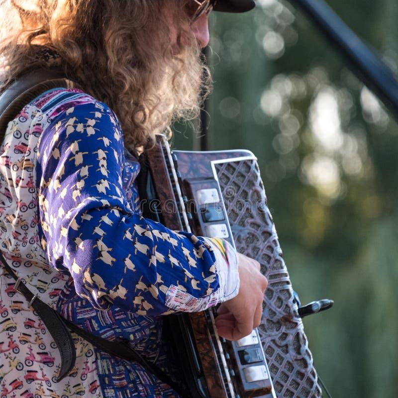 Закройте вверх аккордеона и игрока аккордеона играя на концерте Klezmer еврейской музыки в правящем парке ` s в Лондоне стоковое изображение