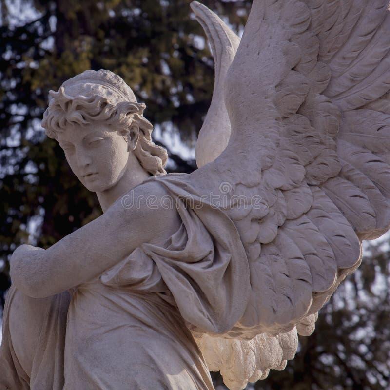 Закройте вверх ангела с крыльями Винтажная старая каменная статуя, часть Вера, вероисповедание, христианство, смерть, концепция б стоковые изображения rf