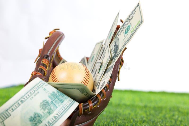Закройте вверх бейсбола в перчатке с долларовыми банкнотами в концепции  стоковые фотографии rf