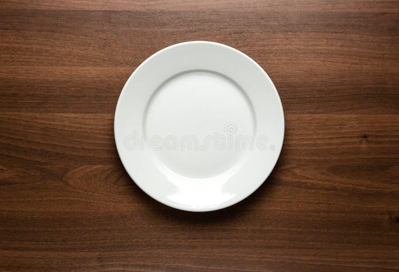 Пустая плита на таблице стоковое фото rf