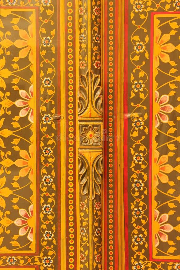 Закройте вверх богато украшенной двери стоковые изображения