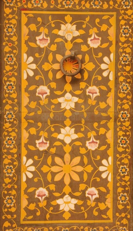 Закройте вверх богато украшенной двери стоковые изображения rf