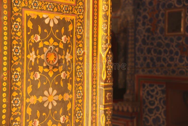 Закройте вверх богато украшенной двери стоковые фотографии rf