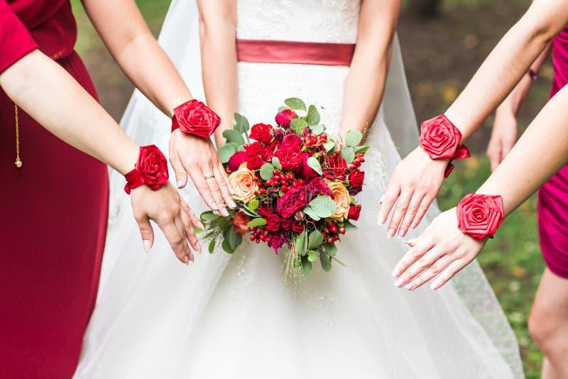 Закройте вверх букета невесты и bridesmaids стоковые изображения