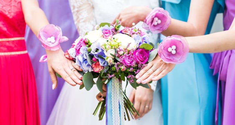 Закройте вверх букета невесты и bridesmaids стоковая фотография rf