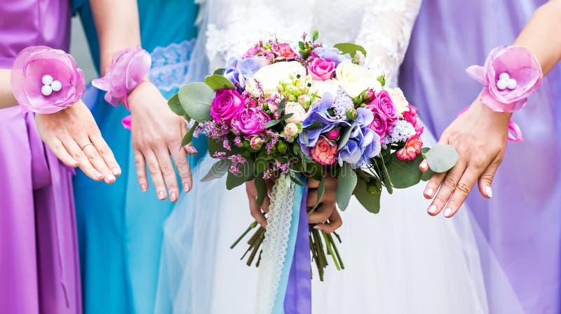 Закройте вверх букета невесты и bridesmaids стоковые фото