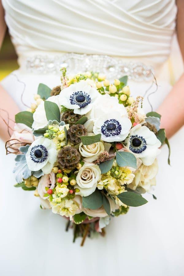 Закройте вверх букета свадьбы ` s невесты белого флористического деревенского стоковое фото rf