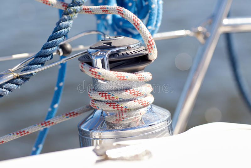 Закройте вверх веревочки зачаливания на паруснике или яхте стоковое фото